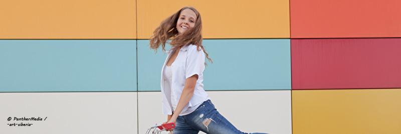 Beitragsheader Mädchen Einkaufswagen 01 - Der Kaufentscheidungsprozess